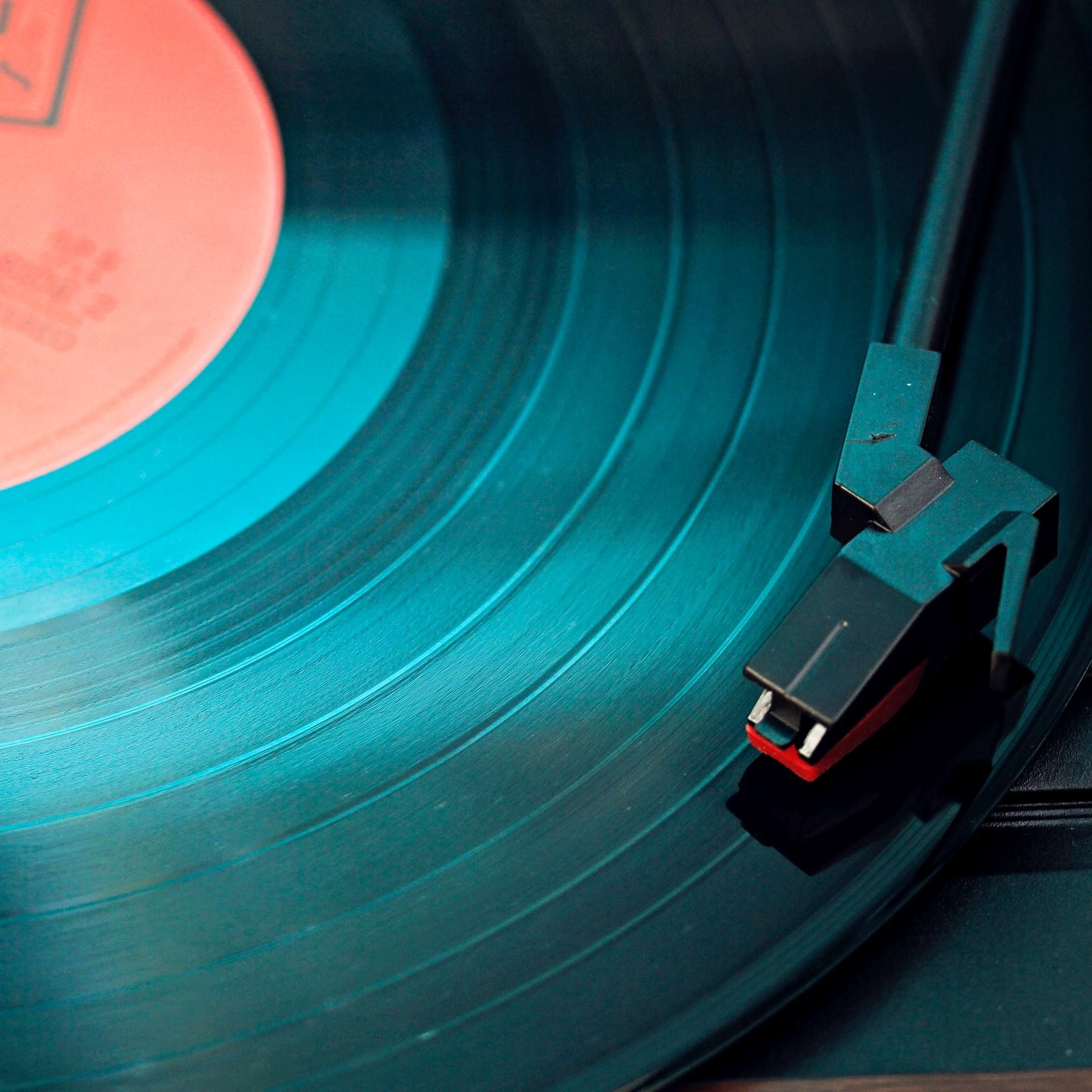 Studenci dowiadują się, komu przysługują prawa autorskie i prawa do nich podobne, tzn. prawa artystów, którzy wykonują własne lub cudze utwory, np. piosenki czy muzykę.