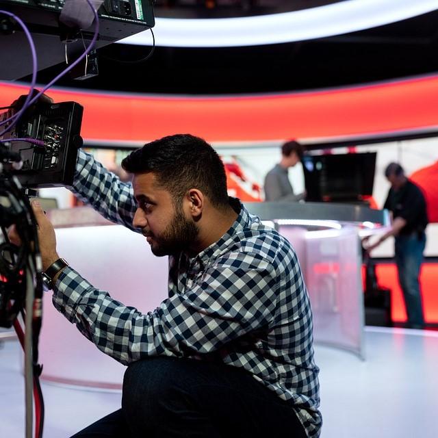 Zajęcia pokazują, na czym polega praca dziennikarza w kanale informacyjnym.
