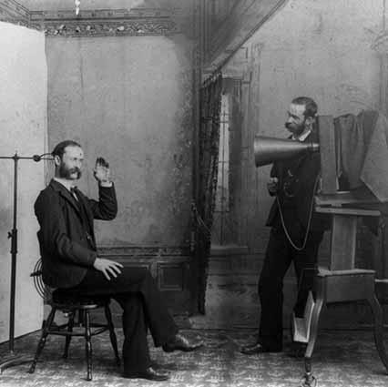 Fotografowani ludzie byli zmuszeni do długiego stania czy siedzenia, często z podpórką pod głową!